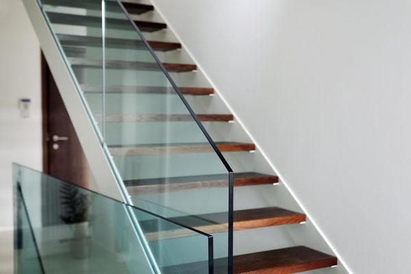orenga-finestres-varandilla-escalera-cristal